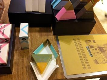 Les savons triangulaires bicolores de Loofah © JITMF