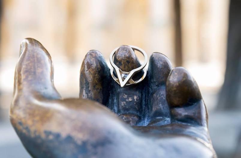 """""""Secret dévoilé"""" : """"Je n'avais pour toi qu'un seul secret... Je le dévoile, tu es mon trésor, mon adorée."""" © Avril Dunoyer"""