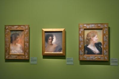 De gauche à droite : Brune de profil (1889), L'éclipse (1888) et Portrait de Mademoiselle Vayssier (1890). ©JITMF