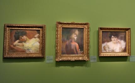 De gauche à droite : Jeune femme à l'écharpe jaune (vers 1900), Le Châle rouge (avant 1920) et Portrait de Madame Willy Blumenthal (vers 1890-1900). ©JITMF